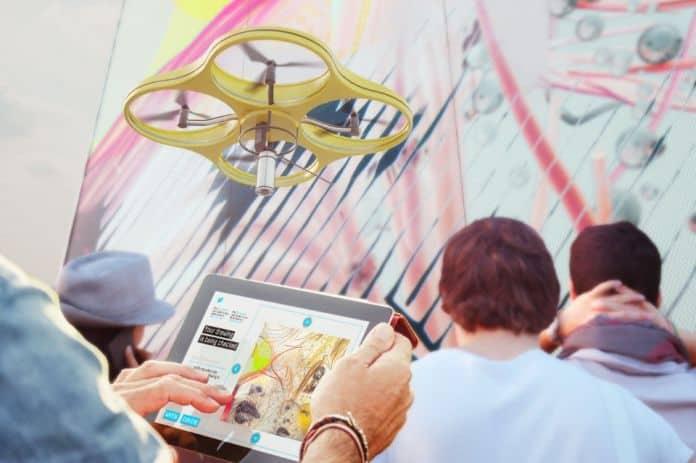 Droni che dipingono la street art del futuro