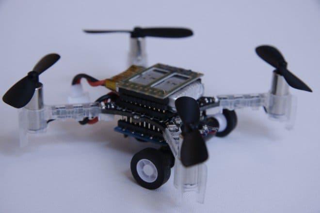 Droni per il trasporto urbano che volano e guidano