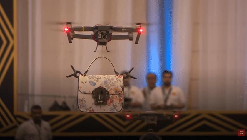 Droni che sfilano come modelle