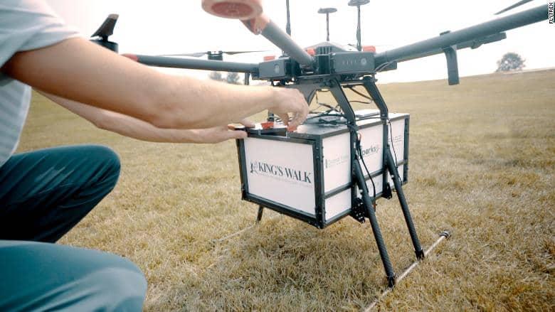 Drone che consegna cibo nei campi da golf