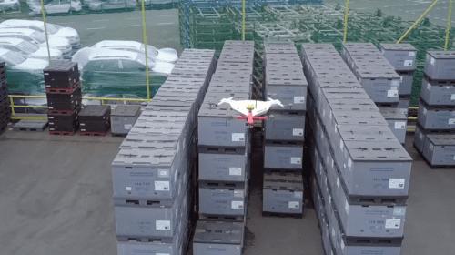 Droni Skoda che fanno l'inventario
