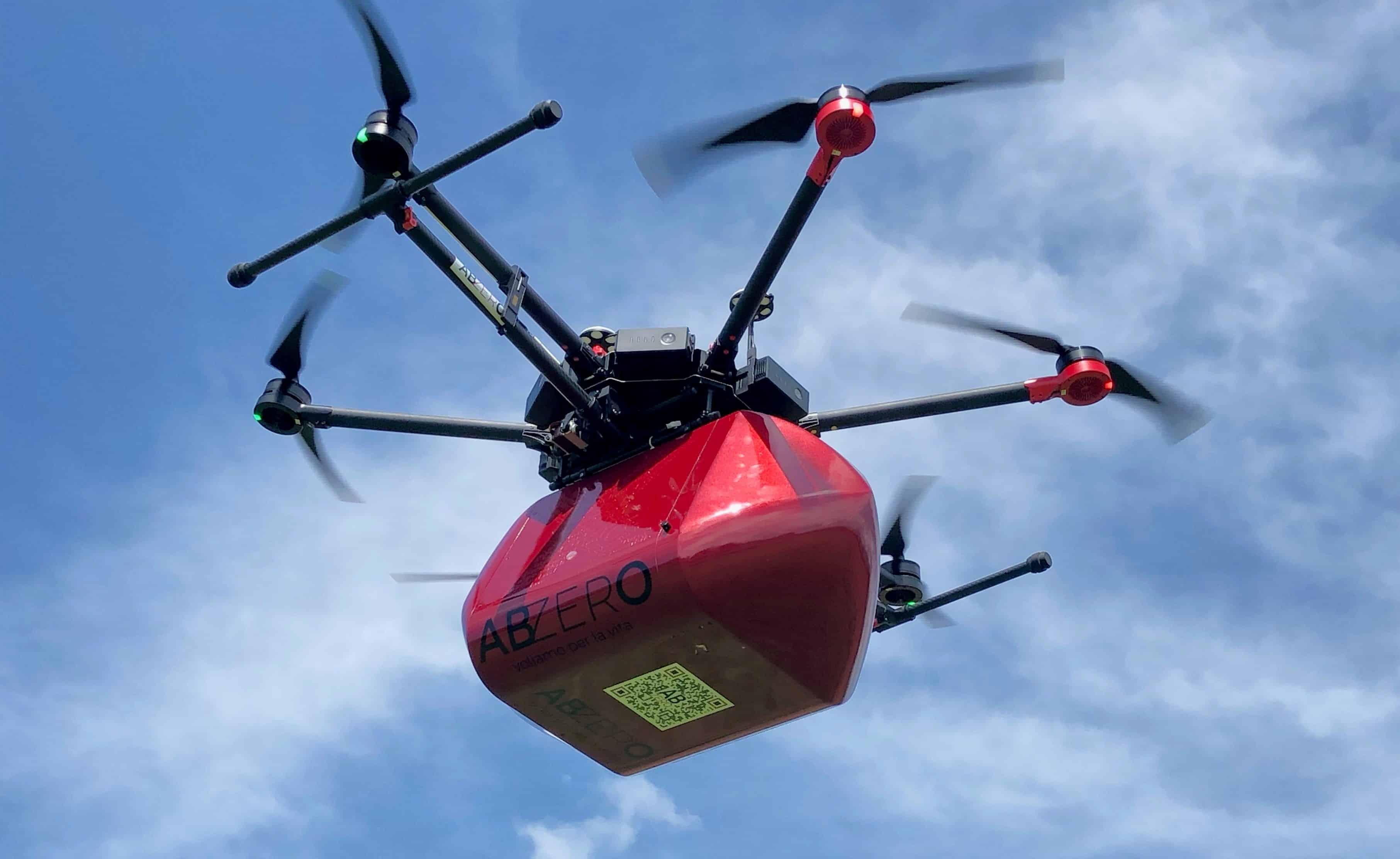 Drone che trasporta sangue e medicinali