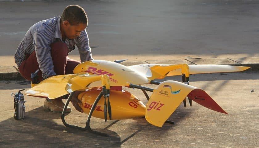 Droni DHL che consegnano medicinali