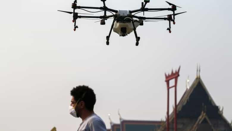 Droni che spruzzano acqua contro lo smog